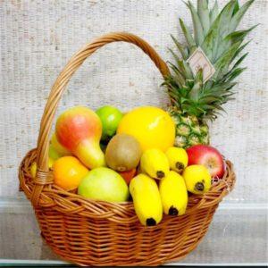 Фруктовая корзина с ананасом